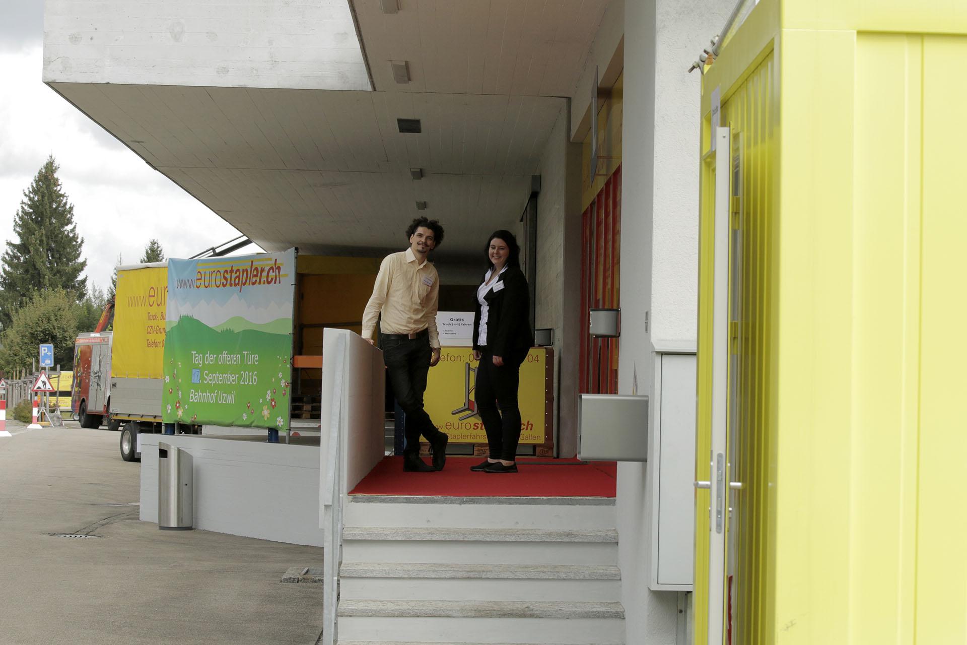 Alfons Gschwend und Ramona Zoller vor der Fahrschule in Uzwil
