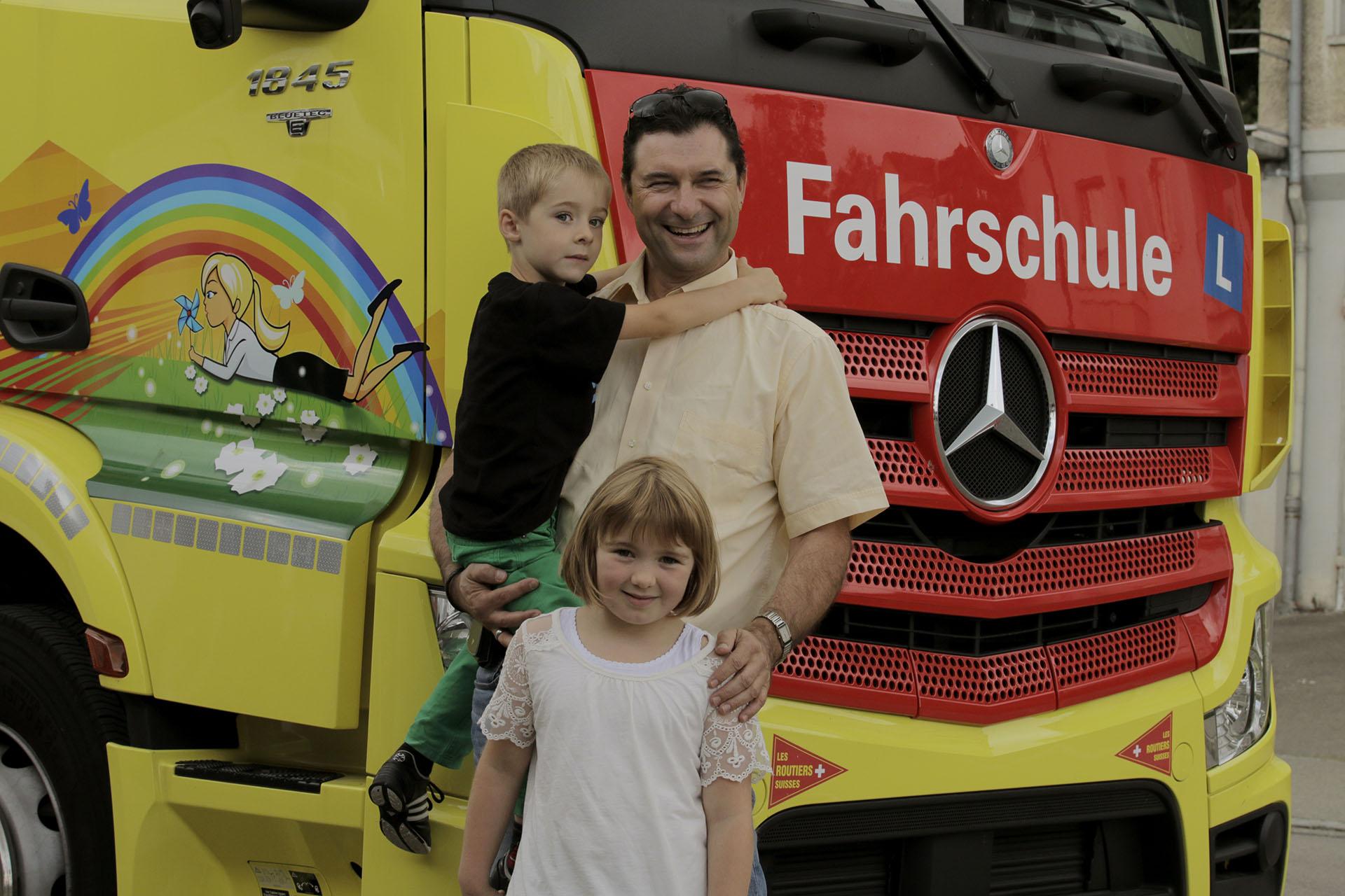 Ein Familienvater mit seien zwei Kindern vor unserem LKW